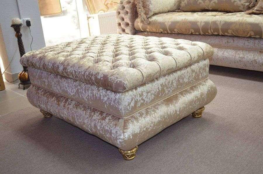 Фото: пуф с низкими ножками для дивана в классике