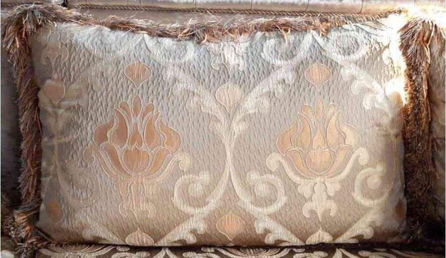 мягкие подушки с вензелями для дивана