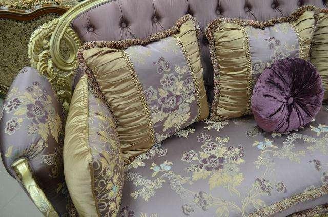 ткань на посадочном месте дивана с цветами и декоративные подушки