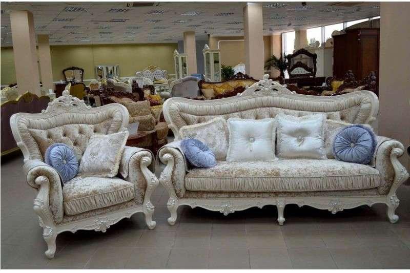 мягкие белые диваны и кресла в классическом стиле барокко