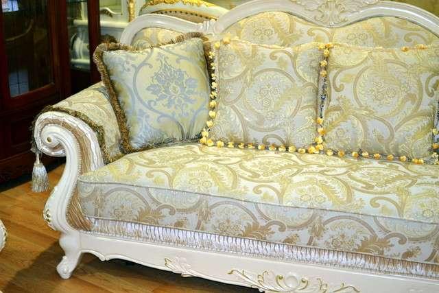 Диван Колизей укомплектован мягкими подушками для удобной посадки