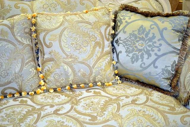 красивые узорные подушки украсят любой интерьер