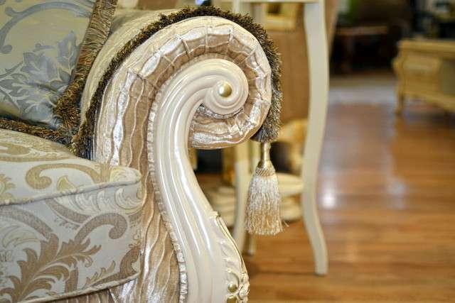 Декоративная резьба на подлокотнике дивана