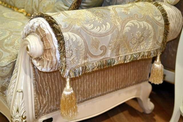 Декоративные элементы на подлокотниках дивана