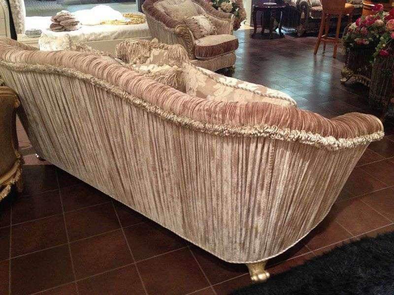 задняя спинка мягкого дивана обтянута тканью