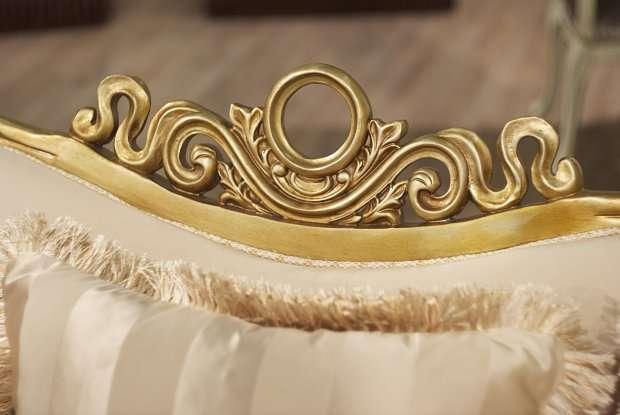 золотая патина на подлокотниках дивана