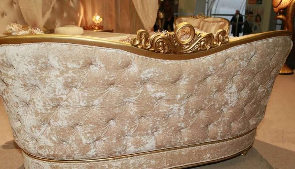 Mozart - диван с золотой патиной и бежевой обивкой