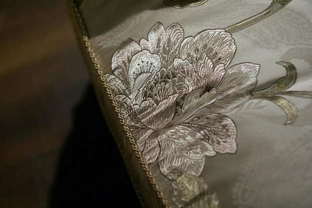 Цветы на обшивка мягкого дивана в классическом стиле