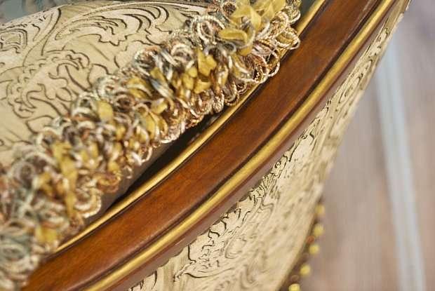 деревянный каркас дивана Венеция от Эпохи стиля вскрыт лаком и декорирован золотой патиной