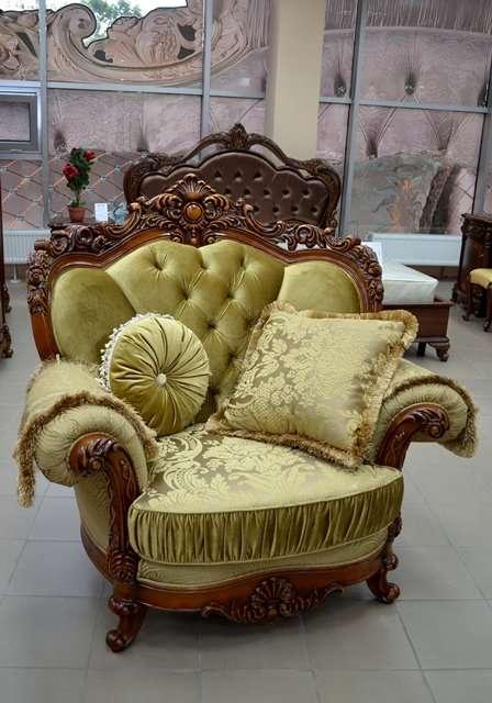 Мягкое резное кресло в золотой обивке Милорд.
