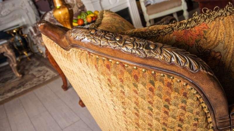 Обивка и резьба дивана Рамирес
