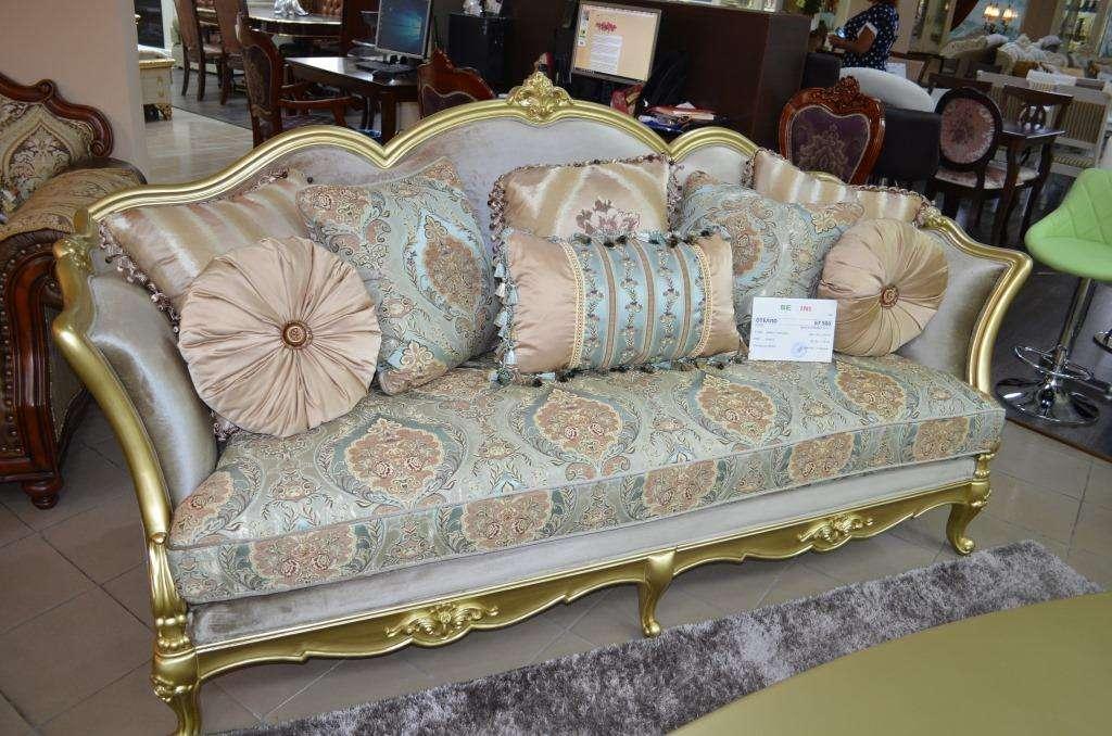 Богатый диван Отелло в цвете золотой антик