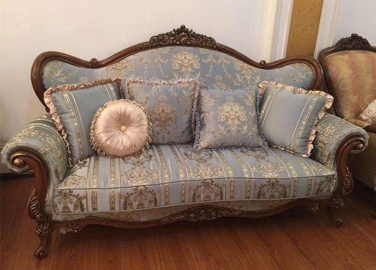 трехместный диван классический с голубой обивкой