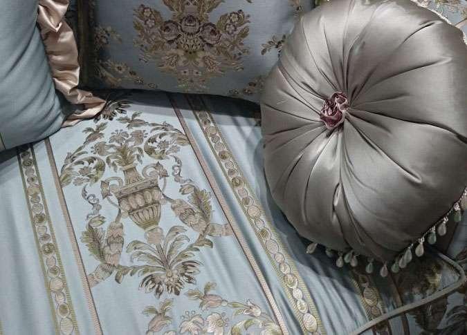 обивка классического дивана и декоративные подушки
