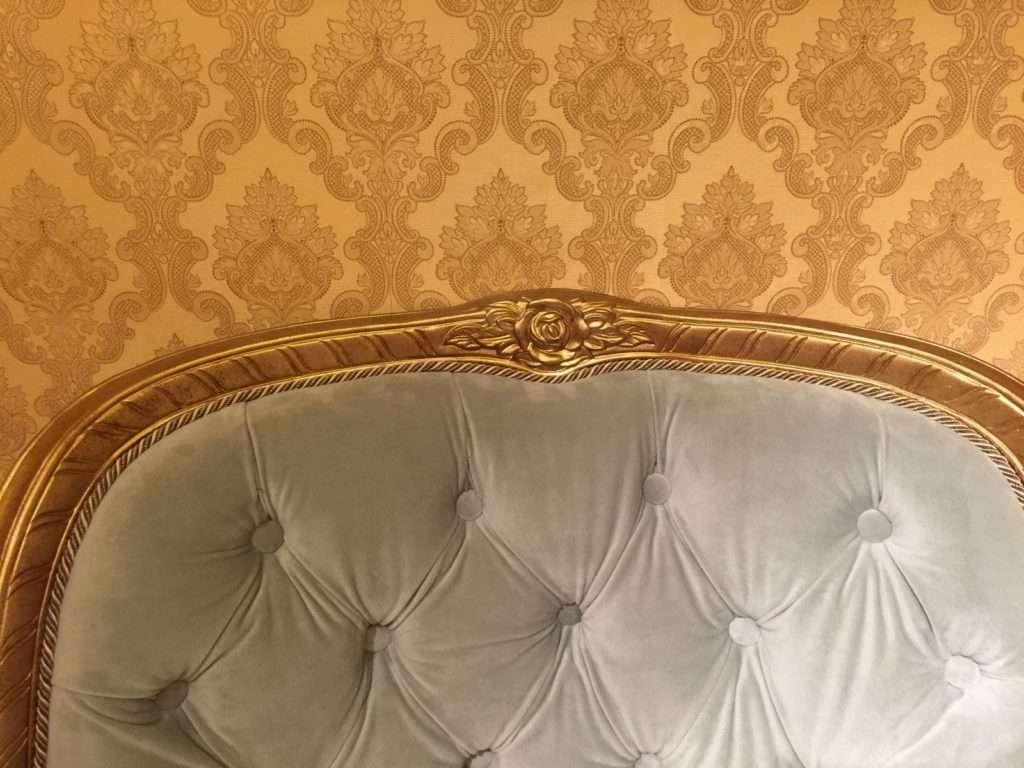 верх спинки кресла Сильвио украшен резьбой