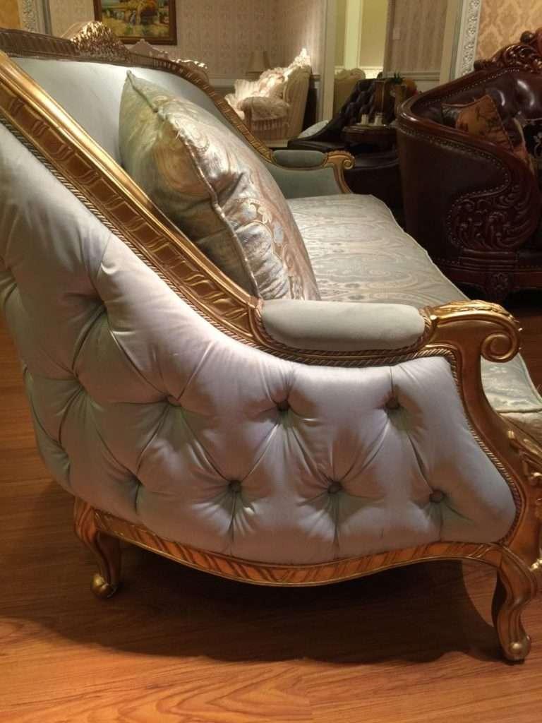Боковина дивана обита тканью с каретной стяжкой