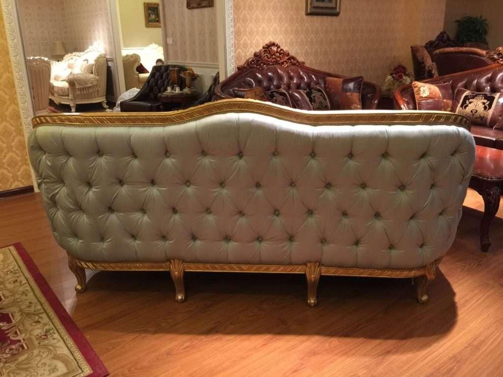 Задняя спинка дивана обита мягкой тканью с пуговками