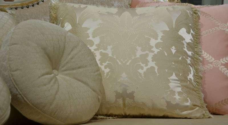 Декоративные подушки в золотой обивке.