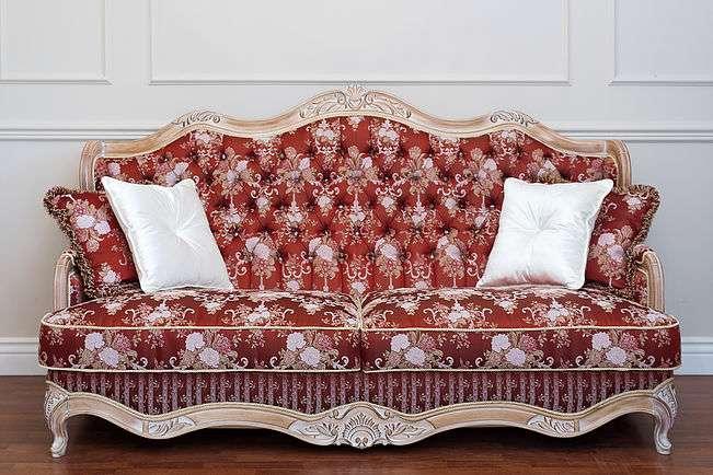 Красный диван Версаче