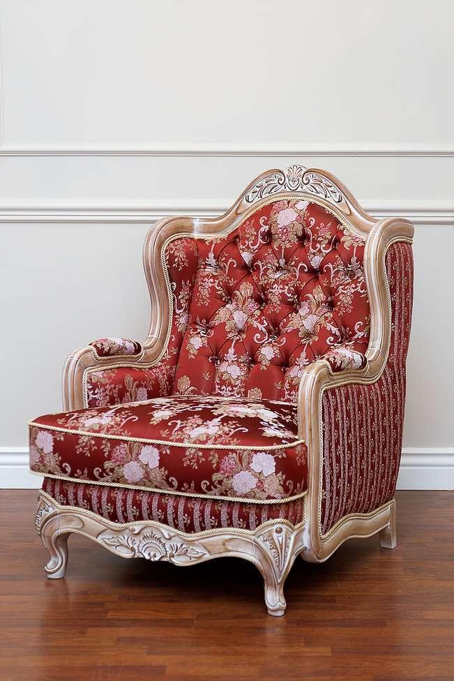 красное кресло Версаче