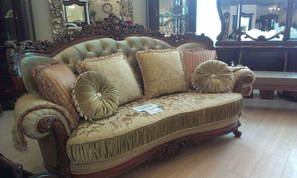 Мягкий диван в золотой обивке Миллорд