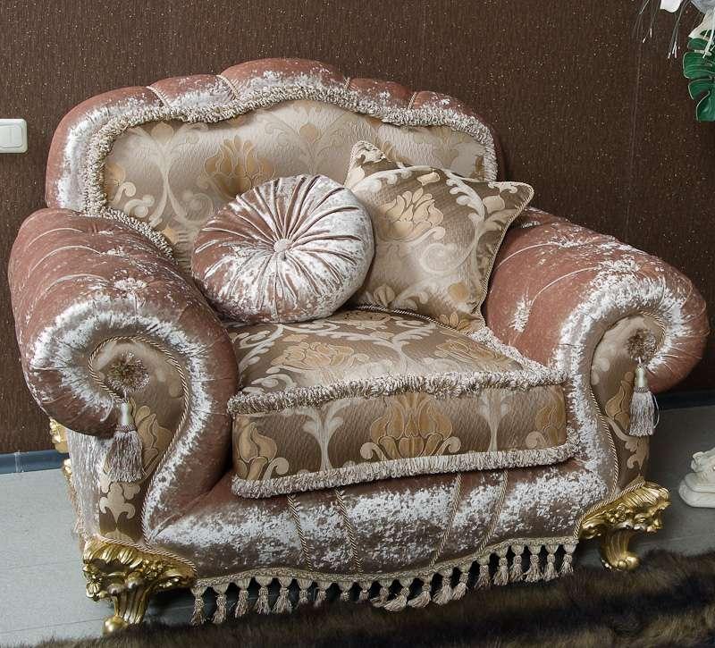 Кресло мягкое с золотыми ножками в стиле классика с мягкими подушками