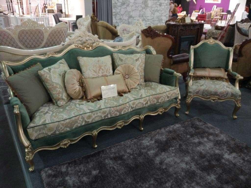желтый классический диван в интерьере с бирюзовой обивкой