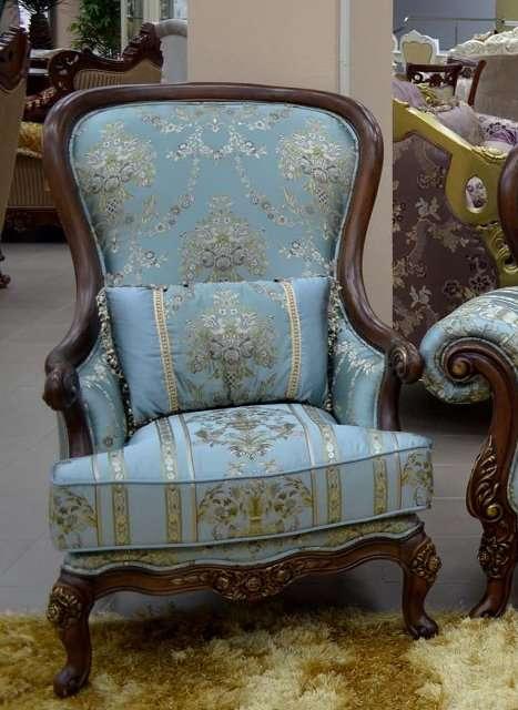 Резное кресло в синей обивке с вензелями Казанова.