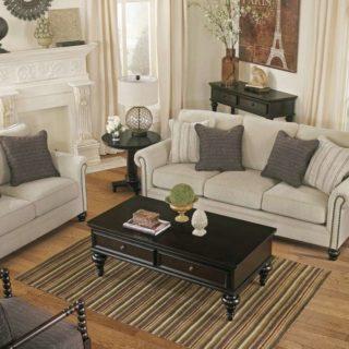 Светлый классический диван Эшли в гостиную