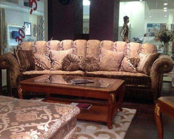 Трехместный дорогой диван в классике
