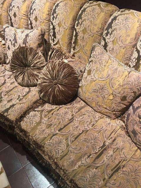 Обивка дивана в золотом цвете и декоративные подушки