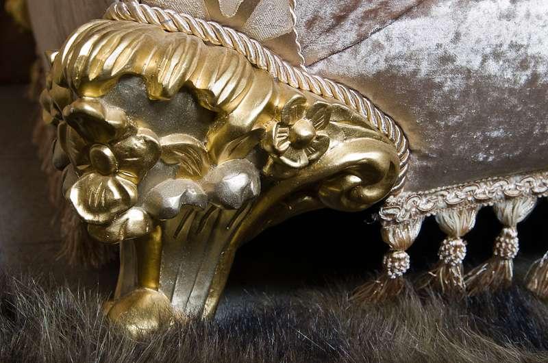 Золотые ножки дивана с цветочной резьбой