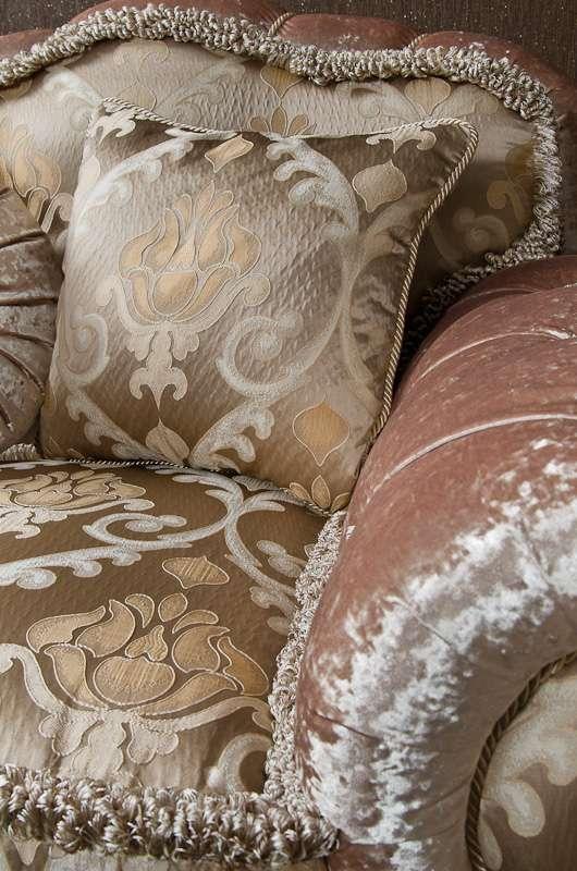 мягкие подушки дивана в классического стиля Этоил