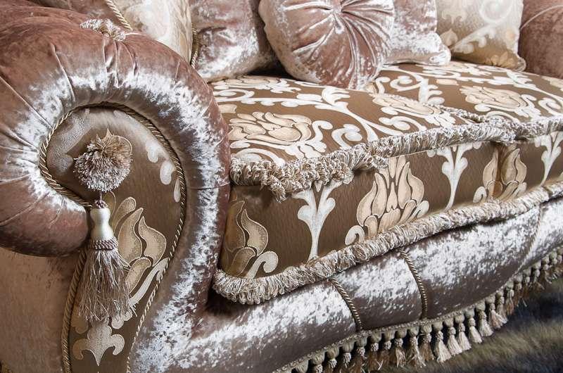Мягкая обивка дивана с отливом и обивкой с вензелями