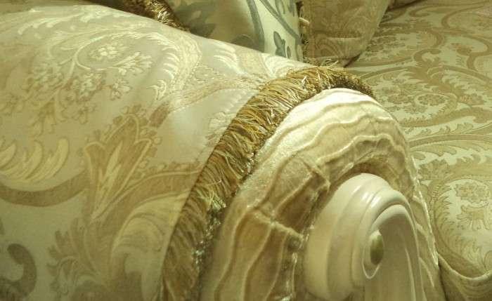 Золотая обивка дивана Колизей