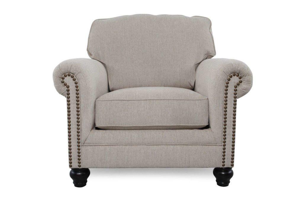 Кресло в светлый комплект мебели Эшли.