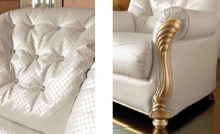 Декор дивана в коже или кожзаме выполнен из резного дерева и камней Сваровски