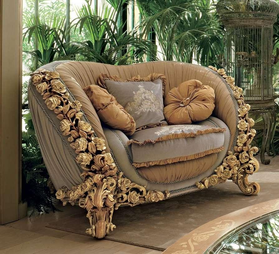 Мягкое кресло в классическом стиле покрытое листовым золотом с белой патиной.