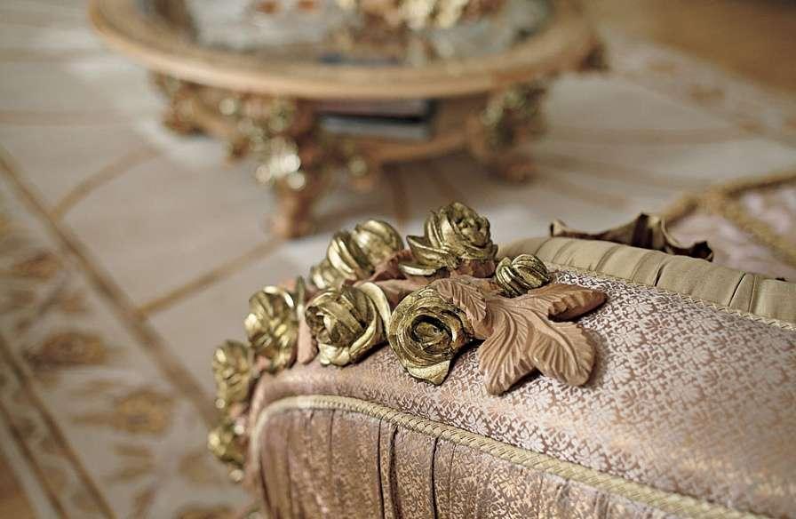 декор из дерева - розочки на подлокотнике дивана