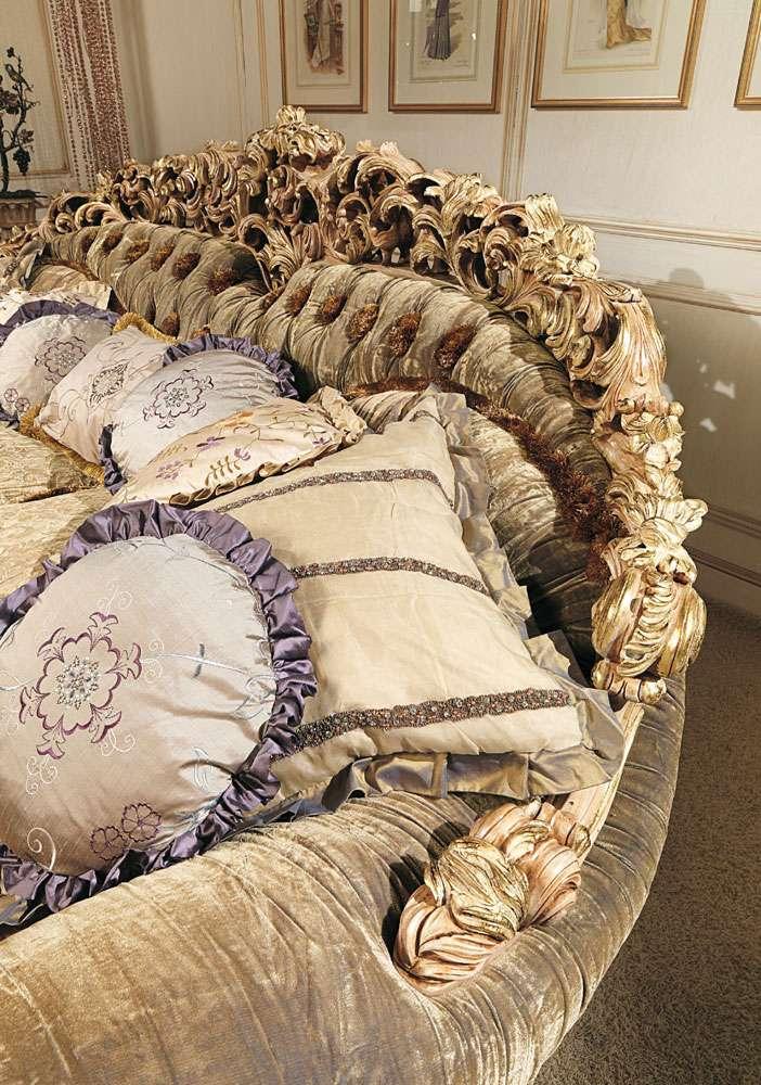 Резьба на спинке итальянского дивана в стиле барокко