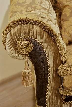 декор подлокотника дивана в классическом стиле