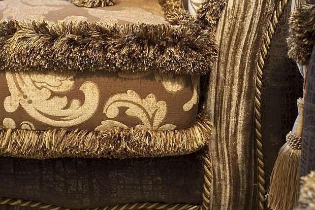Посадочное место дивана украшено декоративной бахромой