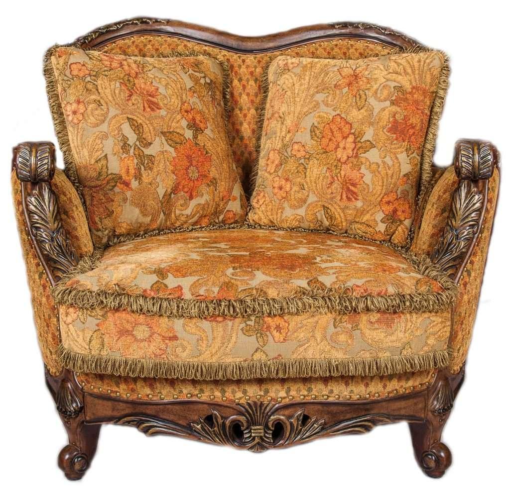Кресло классическое деревянное с резными подлокотниками