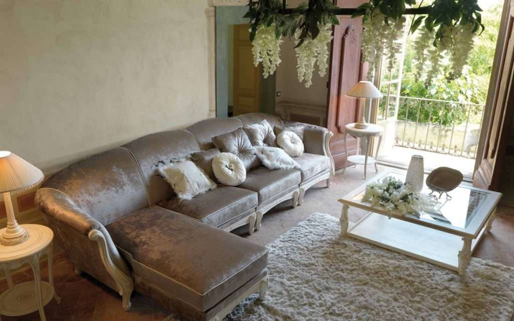 Угловой диван с оттоманкой и спальным местом