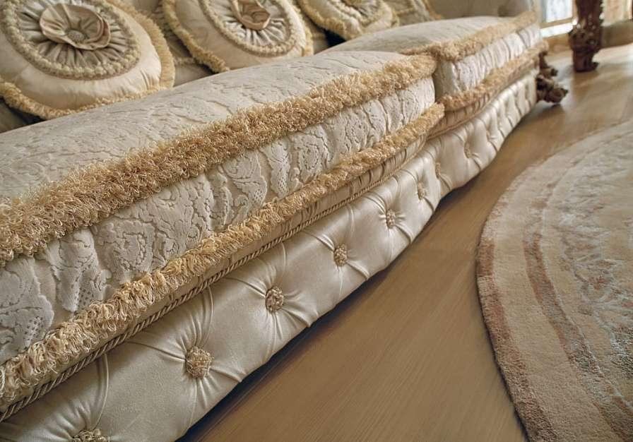 мягкие сидушки классического дивана в зал
