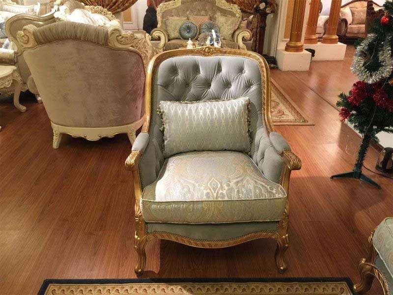 Аккуратное кресло Сильвио в золоте.