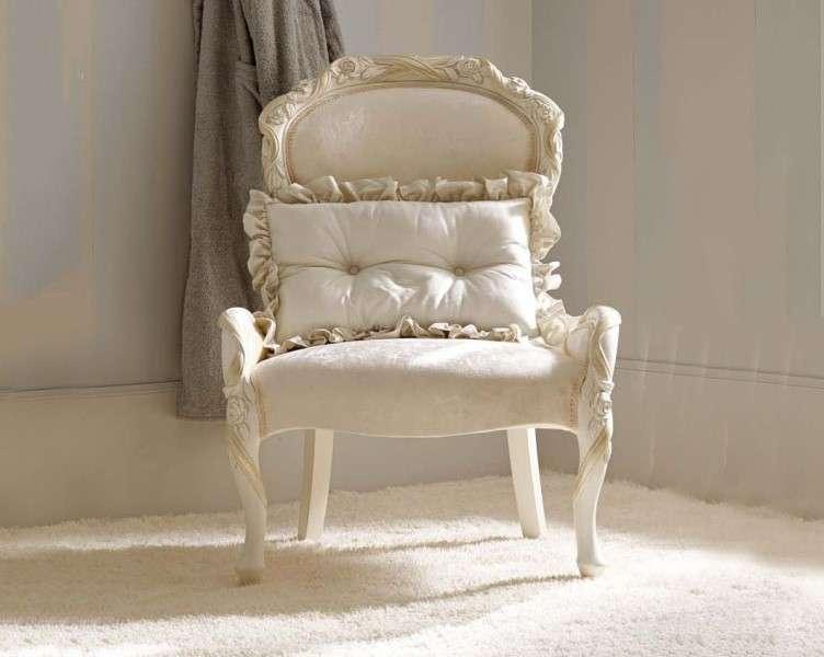 Белое резное кресло Савио Фермино.