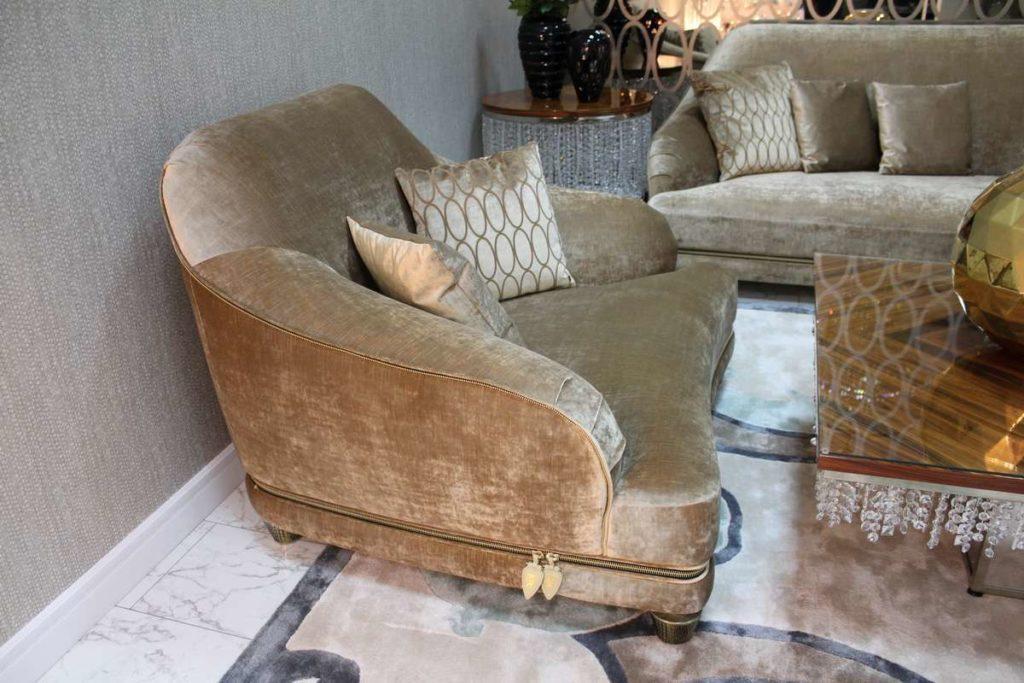 Удобное велюровое кресло. Италия
