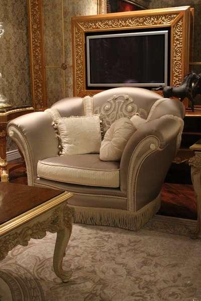 Классическое богатое кресло с шикарной обивкой.