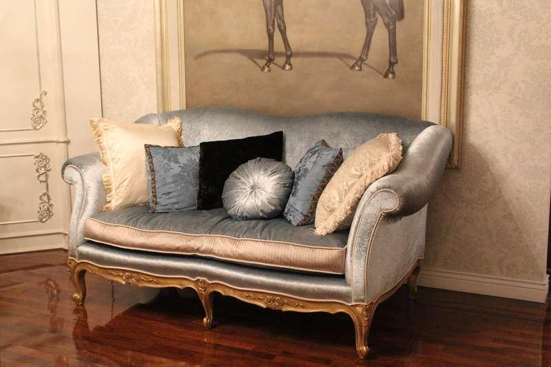 Дорогой элитный двухместный диван с золотом. Италия.